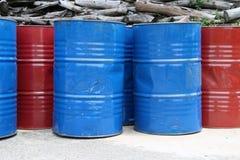 Tom behållare av 200 liter bränsle blå och röd färg Royaltyfri Fotografi