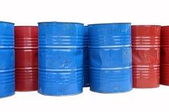 Tom behållare av 200 liter bränsle blå och röd färg Arkivfoto