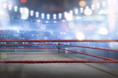 Tom boxningsring med röda rep för match Arkivfoton