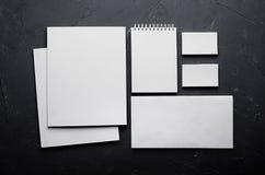Tom brevpapper på elegant mörk grå färgbetongtextur den företags identiteten mer min portfölj ställer in mallen Förlöjliga upp fö Royaltyfria Bilder