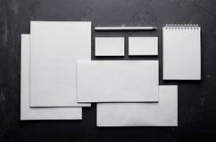 Tom brevpapper på elegant mörk grå färgbetongtextur den företags identiteten mer min portfölj ställer in mallen Förlöjliga upp fö Arkivfoton