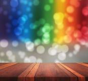 Tom brun träbakgrund för tabellyttersidasuddighet med färgrik bokehbild, för produktskärmmontage, kan användas för montage eller Royaltyfri Bild