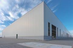 Tom byggnad med blå himmel Arkivfoto