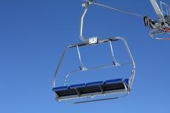 Tom chairlift med blå himmel i bakgrunden Arkivfoto