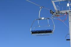 Tom chairlift med blå himmel i bakgrunden Arkivbilder