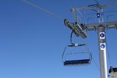 Tom chairlift med blå himmel i bakgrunden Fotografering för Bildbyråer