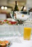 Tom champagneexponeringsglas och fingermat på den festliga brölloptabellen Royaltyfri Foto