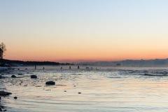 Tom cor-de-rosa do por do sol no céu e no mar Báltico no inverno Imagem de Stock Royalty Free
