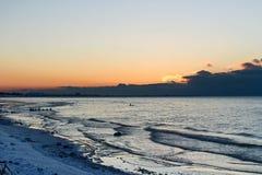 Tom cor-de-rosa do por do sol no céu e no mar Báltico no inverno Fotos de Stock