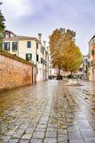Tom courtyard/fyrkant mellan byggnader i staden av Venedig, Italien royaltyfri bild