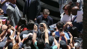 Tom Cruise Signing Autographs para las fans