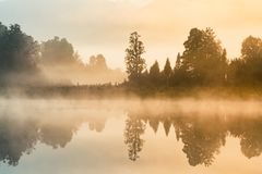 Tom da manhã do lago da água da reflexão de Matheson, Nova Zelândia fotos de stock
