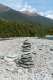 Tom da pilha do equilíbrio no lado do rio Fotos de Stock