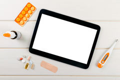 tom digital minnestavla med medicinska objekt på tabellen Arkivbild