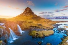 Tom do por do sol sobre o vulcão de Kirkjufell e a cachoeira, Islândia fotografia de stock