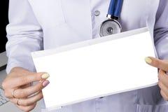 Tom tom elektrokardiogramskärm i hand av en kvinnlig doktor Medicinsk hälsovård Tes för rytm och för puls för klinikkardiologihjä royaltyfri bild