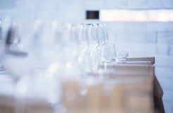 tom exponeringsglasrestaurang Bestick på tabellen i en restaurangtabellinställning, kniv, gaffel, sked, inre Royaltyfri Bild