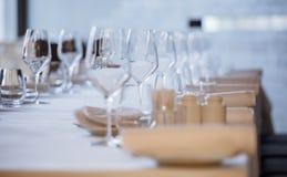tom exponeringsglasrestaurang Bestick på tabellen i en restaurangtabellinställning, kniv, gaffel, sked, inre Arkivfoto