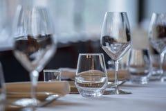 tom exponeringsglasrestaurang Bestick på tabellen i en restaurangtabellinställning, kniv, gaffel, sked, inre Royaltyfri Fotografi