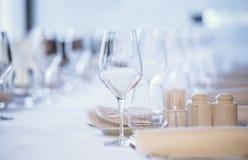 tom exponeringsglasrestaurang Bestick på tabellen i en restaurangtabellinställning, kniv, gaffel, sked, inre Arkivfoton