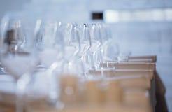 tom exponeringsglasrestaurang Bestick på tabellen i en restaurangtabellinställning, kniv, gaffel, sked, inre Arkivbilder