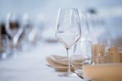 tom exponeringsglasrestaurang Bestick på tabellen i en restaurangtabellinställning, kniv, gaffel, sked, inre Fotografering för Bildbyråer