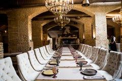 tom exponeringsglasrestaurangset Uppsättning för banketttabell Inre av en lyxig restaurang arkivbild