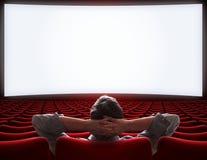 Tom filmbiografkorridor med den ensamma storgubbemannen som sitter illustrationen 3d royaltyfri foto