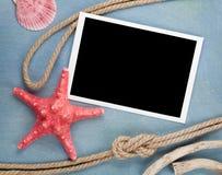 Tom fotoram med snäckskal, skepprep, havsstenar Arkivbild