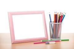Tom fotoram och färgrika blyertspennor Royaltyfri Foto