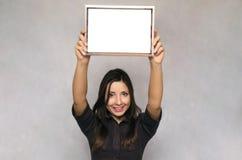 Tom fotoramgräns i kvinnahänder diplom certifikat arkivbild