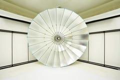 Tom fotostudio med många lightingutrustning arkivfoton