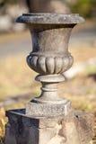 Tom gammal betong- eller stenurna på en liten sockel Royaltyfria Foton