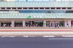 Tom gata i framdel av den Shinjuku stationen Royaltyfri Bild