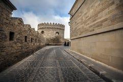Tom gata i gammal stad av Baku, Azerbajdzjan Gammal stad Baku Centrumbyggnader royaltyfria foton