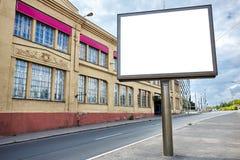 Tom gata med den tomma affischtavlan och gammal byggnad Arkivfoto