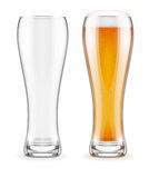 Tom genomskinliga exponeringsglas och fullt av öl med vit fradga royaltyfria bilder