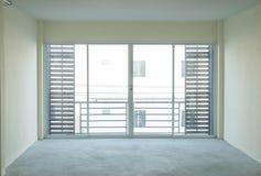 tom glass dörr i vardagsrum fotografering för bildbyråer