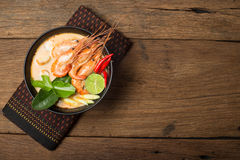 Tom Goong tajlandzka karmowa kuchnia na drewnianym Yum Zdjęcie Stock