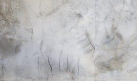 Tom grå bakgrund för cementväggtextur, spricka på cementväggen arkivfoton