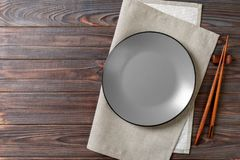 Tom grå rund platta med pinnar för sushi på träbakgrund B?sta sikt med kopieringsutrymme arkivbild