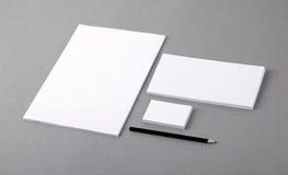 Tom grundläggande brevpapper. Brevhuvudlägenhet, affärskort, kuvert fotografering för bildbyråer