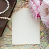 Tom hantverkbakgrund Ark av grovt papper med rosor och p?rlor ?tl?je upp arkivfoto