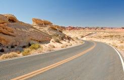 tom huvudväg för öken Arkivfoto