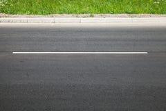 Tom huvudväg med den delande linjen och vägrenen Royaltyfri Fotografi