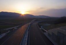Tom huvudväg på solnedgång arkivbilder