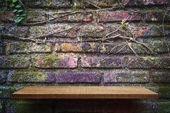 Tom hyllaproduktskärm på bakgrund för tegelstenvägg royaltyfria bilder
