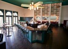 Tom inre av den stilfulla coctailstången i restaurang arkivbilder
