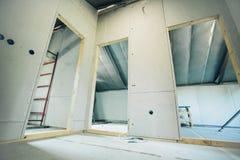 Tom inre med dörren av ett nytt hus under konstruktion Arkivfoto