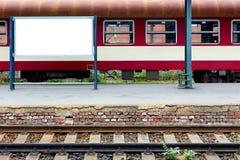 Tom järnvägsstation med spåret och ställe för befordran Royaltyfri Foto